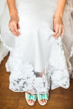 Παπούτσια νύφης στη ημέρα γάμου Στοκ Φωτογραφίες