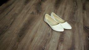 Παπούτσια νύφης στο πάτωμα 2 απόθεμα βίντεο