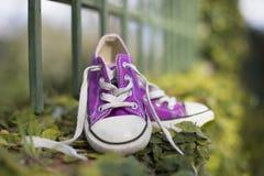 Παπούτσια πάνινων παπουτσιών λίγων παιδιών στοκ φωτογραφίες με δικαίωμα ελεύθερης χρήσης