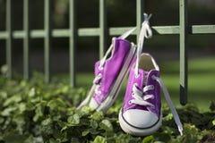 Παπούτσια πάνινων παπουτσιών μικρών κοριτσιών στοκ εικόνα με δικαίωμα ελεύθερης χρήσης