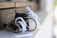 Παπούτσια παιδιών πάνινων παπουτσιών στοκ εικόνα
