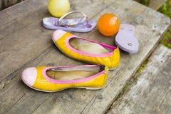 Παπούτσια παιδιών στα σκαλοπάτια Στοκ Εικόνες