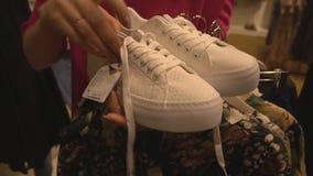 παπούτσια παπουτσιών επιλογών κοριτσιών απόθεμα βίντεο