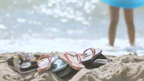 Παπούτσια παραλιών στην παραλία απόθεμα βίντεο