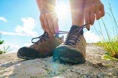 Παπούτσια πεζοπορίας - δένοντας δαντέλλες παπουτσιών γυναικών στοκ φωτογραφίες με δικαίωμα ελεύθερης χρήσης