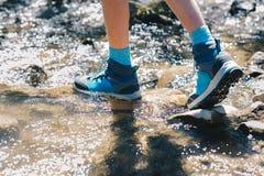 Παπούτσια πεζοπορίας - πέλμα των μποτών και των ποδιών οδοιπορίας σε έναν στρεπτόκοκκο βουνών Στοκ Φωτογραφίες