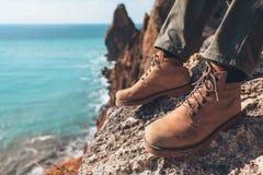 Παπούτσια πεζοπορίας πέρα από το τοπίο θάλασσας Στοκ φωτογραφία με δικαίωμα ελεύθερης χρήσης