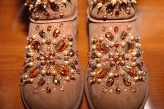 Παπούτσια, που διακοσμούνται με τα κρύσταλλα και τις χάντρες στοκ εικόνες
