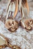 Παπούτσια πολυτέλειας και κόσμημα νυφών στον καναπέ Στοκ φωτογραφίες με δικαίωμα ελεύθερης χρήσης