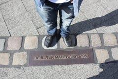 Παπούτσια στα παλαιά σύνορα τειχών του Βερολίνου Στοκ εικόνες με δικαίωμα ελεύθερης χρήσης
