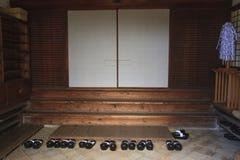 Παπούτσια στην ιαπωνική είσοδο ναών Στοκ εικόνες με δικαίωμα ελεύθερης χρήσης