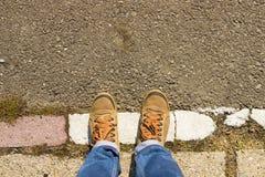 Παπούτσια στο πεζοδρόμιο στοκ φωτογραφία με δικαίωμα ελεύθερης χρήσης