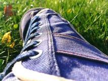 Παπούτσια τζιν με το ύφασμα φιαγμένο από τζιν Στοκ φωτογραφία με δικαίωμα ελεύθερης χρήσης
