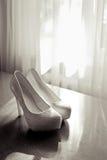 Παπούτσια της νύφης και του ηλιόλουστου πρωινού Στοκ φωτογραφία με δικαίωμα ελεύθερης χρήσης