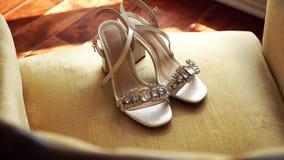 Παπούτσια της νύφης πολυτέλειας στην πολυθρόνα απόθεμα βίντεο