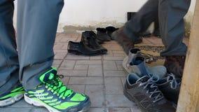 Παπούτσια των ανθρώπων Ισλάμ μέσα σε ένα μουσουλμανικό τέμενος απόθεμα βίντεο