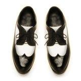Παπούτσια των δίχρωμων διπλωμάτων ευρεσιτεχνίας ατόμων δέρματος Στοκ φωτογραφία με δικαίωμα ελεύθερης χρήσης