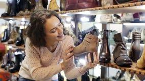 Παπούτσια των θηλυκών γυναικών αγοράς απόθεμα βίντεο