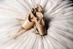 Παπούτσια Pointe και tutu μπαλέτου Επαγγελματική εξάρτηση ballerina στοκ φωτογραφία με δικαίωμα ελεύθερης χρήσης