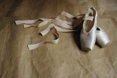 Παπούτσια Pointe που βρίσκονται στο πάτωμα Στοκ εικόνες με δικαίωμα ελεύθερης χρήσης