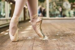 Παπούτσια Pointe στο κολοφώνιο Στοκ εικόνες με δικαίωμα ελεύθερης χρήσης
