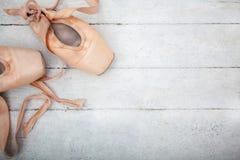 Παπούτσια Pointe στο ξύλινο υπόβαθρο Στοκ Εικόνες