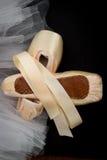 Παπούτσια Pointe στο υπόβαθρο Tutu Στοκ φωτογραφίες με δικαίωμα ελεύθερης χρήσης