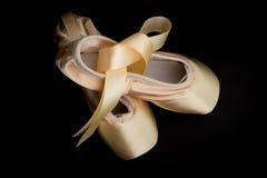 Παπούτσια Pointe στο υπόβαθρο Tutu Στοκ εικόνα με δικαίωμα ελεύθερης χρήσης