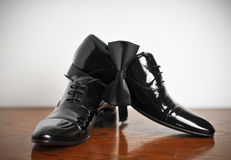Παπούτσι δέρματος μαύρων με το κορδόνι στο ξύλινο πάτωμα Στοκ εικόνες με δικαίωμα ελεύθερης χρήσης