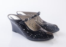 παπούτσι ή μαύρα γυναικεία παπούτσια χρώματος σε ένα υπόβαθρο Στοκ φωτογραφία με δικαίωμα ελεύθερης χρήσης
