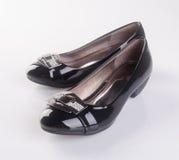 παπούτσι ή μαύρα γυναικεία παπούτσια χρώματος σε ένα υπόβαθρο Στοκ Εικόνα