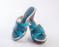παπούτσι ή μπλε γυναικεία παπούτσια χρώματος σε ένα υπόβαθρο Στοκ Εικόνα