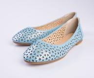 παπούτσι ή μπλε γυναικεία παπούτσια χρώματος σε ένα υπόβαθρο Στοκ φωτογραφίες με δικαίωμα ελεύθερης χρήσης