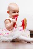 Παπούτσι δαγκώματος κοριτσάκι Στοκ Φωτογραφία