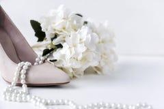 παπούτσι βαρκών λευκών γυναικών, μαργαριτάρι, περιδέραιο, λουλούδι, hydrangea, παπούτσια στοκ εικόνα