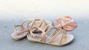 Παπούτσι γυναικών στην παραλία με την άμμο Στοκ φωτογραφία με δικαίωμα ελεύθερης χρήσης