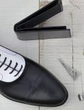 Παπούτσι και πορτοφόλι στην ξύλινη επιφάνεια Στοκ φωτογραφία με δικαίωμα ελεύθερης χρήσης