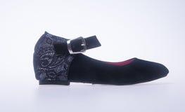 παπούτσι μαύρα παπούτσια γυναικών μόδας χρώματος σε ένα υπόβαθρο Στοκ φωτογραφία με δικαίωμα ελεύθερης χρήσης