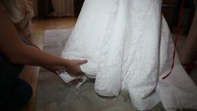 Παπούτσι φορεμάτων νυφών στο πόδι φιλμ μικρού μήκους