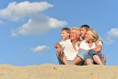 Παππούδες και γιαγιάδες με τα εγγόνια τους στην άμμο στοκ εικόνες