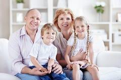 Παππούδες και γιαγιάδες με τα εγγόνια Στοκ φωτογραφίες με δικαίωμα ελεύθερης χρήσης