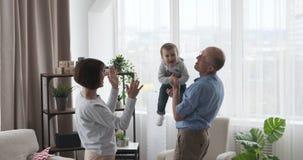 Παππούδες και γιαγιάδες που έχουν το παιχνίδι διασκέδασης με το κοριτσάκι στο σπίτι φιλμ μικρού μήκους