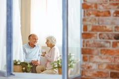 Παππούδες και γιαγιάδες που κάθονται στον καναπέ Στοκ Εικόνες