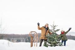 Παππούς και μικρό κορίτσι που παίρνουν ένα χριστουγεννιάτικο δέντρο στο δάσος Στοκ φωτογραφίες με δικαίωμα ελεύθερης χρήσης