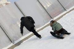 Παππούς με την αναρρίχηση εγγονών στο λόφο Στοκ Φωτογραφία