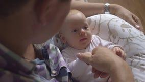 Παππούς με την εγγονή μωρών φιλμ μικρού μήκους