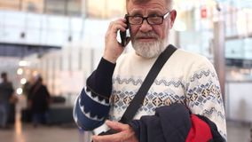 Παππούς με την κινητή τηλεφωνική διαθέσιμη ομιλία στον αερολιμένα Το άτομο είναι αυστηρό και σοβαρό φιλμ μικρού μήκους