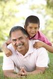 Παππούς με τον εγγονό στο πάρκο στοκ φωτογραφίες με δικαίωμα ελεύθερης χρήσης