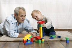 Παππούς με το παιχνίδι εγγονών στοκ φωτογραφία με δικαίωμα ελεύθερης χρήσης
