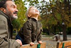 παππούς παιδιών φθινοπώρο&upsil Στοκ φωτογραφία με δικαίωμα ελεύθερης χρήσης